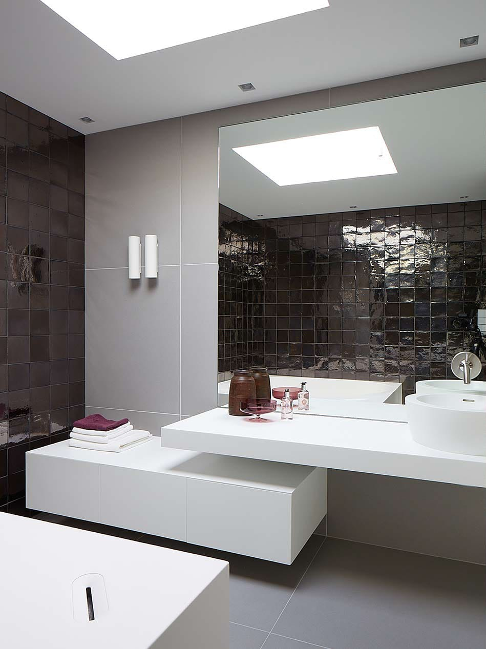 Interior designed bathroom by Dis Studio